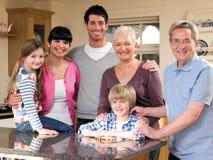 Familie in Keuken Stock Afbeeldingen