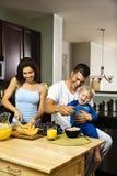 Familie in keuken. Stock Afbeeldingen