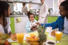 Familie in keuken in de ochtend die ontbijt hebben stock fotografie
