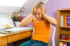 Familie - kind dat thuiswerk doet Royalty-vrije Stock Afbeeldingen