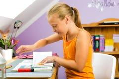 Familie - kind dat thuiswerk doet Stock Foto's