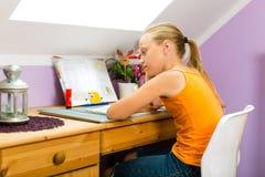 Familie - kind die thuiswerk doen Stock Foto's