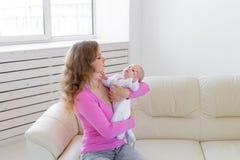 Familie, Kind, Mutterschaft und Kindheitskonzept - schöne Mutter und ihr Baby lizenzfreie stockbilder