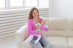 Familie, Kind, Mutterschaft und Kindheitskonzept - schöne Mutter und ihr Baby stockfotografie