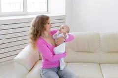 Familie, Kind, Mutterschaft und Kindheitskonzept - schöne Mutter und ihr Baby lizenzfreie stockfotos