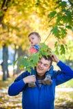 Familie, kinderjaren en vaderschapconcept het gelukkige vader dragen stock afbeelding