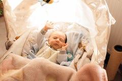 Familie, kinderjarenconcept Weinig pasgeboren baby Royalty-vrije Stock Foto