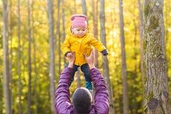 Familie, Kindheit, Vaterschaft, Freizeit und Leutekonzept - glücklicher Vater und kleiner Sohn, die draußen spielt lizenzfreies stockbild