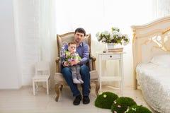 Familie, Kindheit, Vaterschaft, Tätigkeit und Leutekonzept - glücklicher Vater und kleiner Sohn, die zu Hause spielt stockbilder