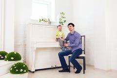 Familie, Kindheit, Vaterschaft, Tätigkeit und Leutekonzept - glücklicher Vater und kleiner Sohn, die zu Hause spielt lizenzfreie stockfotografie