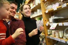 Familie in kosmetische winkel stock afbeelding