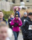 Familie lässt das Rennen laufen stockbilder