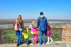 Familie Lettende op Samenloop van sparen en Donau - Belgrado, Servië stock foto