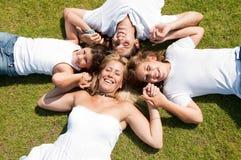 Familie liegt auf Gras lizenzfreies stockbild