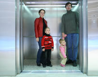 Familie in lift Stock Foto's