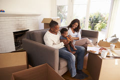 Familie machen eine Pause an Sofa With Pizza On Moving-Tag Lizenzfreies Stockbild