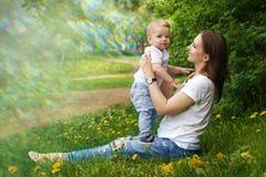 Familie Mamma en zoon in park Stock Foto's