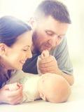 Familie - mamma, papa en hun pasgeboren baby Royalty-vrije Stock Afbeeldingen