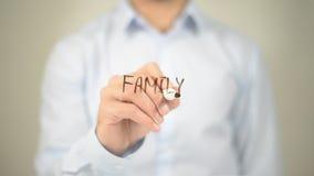 Familie, Mannschreiben auf transparentem Schirm stockfotografie