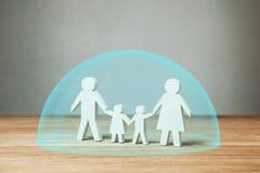 Familie medische verzekering of bescherming De handen van de familiegreep onder beschermende blaas stock foto's