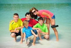 Familie in meer royalty-vrije stock afbeelding