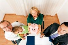 Familie met adviseur - financiën en verzekering royalty-vrije stock foto's