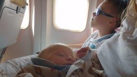 Familie met baby en oudere zoon die door de lucht reizen stock video