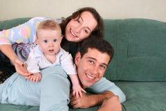 Familie met baby op bank 3 Royalty-vrije Stock Fotografie