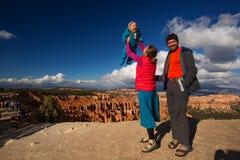 Familie met babyboy in Bryce-canion Nationaal Park, Utah stock foto's
