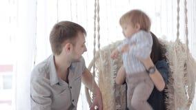 Familie met babyzitting stock footage