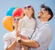 Familie met ballons in openlucht stock afbeeldingen