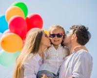 Familie met ballons in openlucht Stock Foto