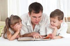 Familie met boek Stock Fotografie