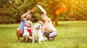 Familie met dak als concept van de huisbouw