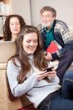 Familie met draadloze technologie Stock Foto
