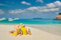 Familie met drie ??njarigenjongen op strand royalty-vrije stock foto