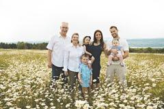 Familie met grootouder het besteden tijd met weinig kind tijdens de zonsondergang royalty-vrije stock afbeeldingen