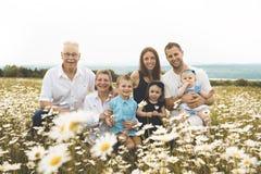 Familie met grootouder het besteden tijd met weinig kind tijdens de zonsondergang royalty-vrije stock fotografie