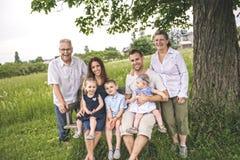 Familie met grootouder het besteden tijd met weinig kind tijdens de zonsondergang royalty-vrije stock foto