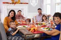 Familie met Grootouders die Dankzeggings van Maaltijd genieten bij Lijst Royalty-vrije Stock Foto's