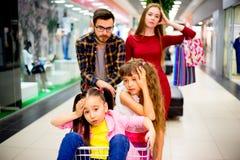 Familie met het winkelen wordt vermoeid die royalty-vrije stock fotografie