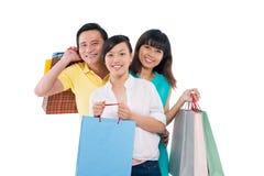 Familie met het winkelen zakken stock fotografie