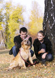 Familie met hond Stock Afbeelding