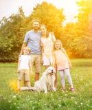 Familie met hond en kinderen stock afbeelding