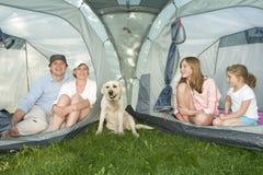 Familie met hond in tent stock afbeelding