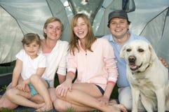 Familie met hond in tent Royalty-vrije Stock Afbeeldingen