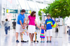 Familie met jonge geitjes bij luchthaven stock fotografie