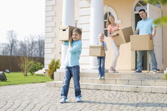 Familie met kartondozen die zich uit van huis bewegen Royalty-vrije Stock Afbeeldingen
