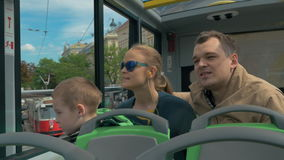 Familie met kind het reizen rond Wenen door dubbeldekkerbus stock footage