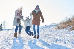 Familie met kind het spelen in de sneeuw royalty-vrije stock foto